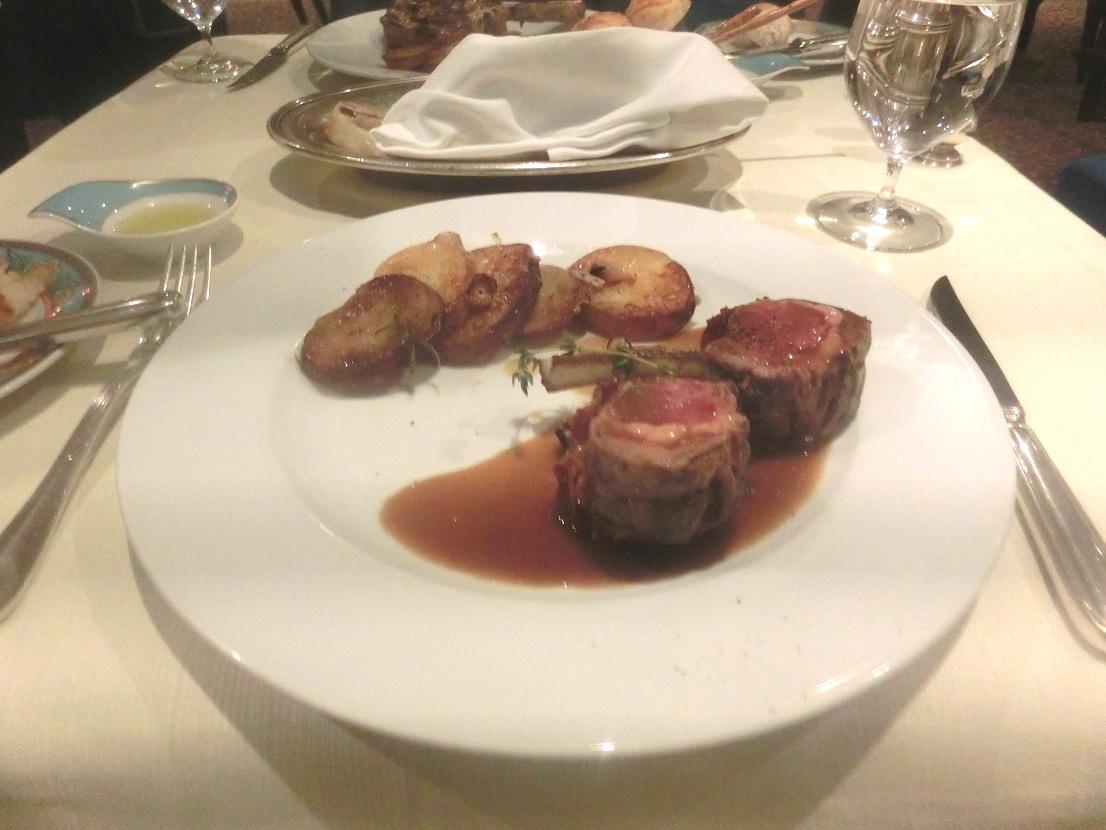 コストレッタ。パンチェッタをラム肉で包んで焼いたもの