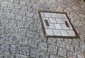 石畳とマンホールと酔石横丁