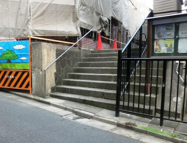 新宿区津久戸町の三年坂から外に行く階段。