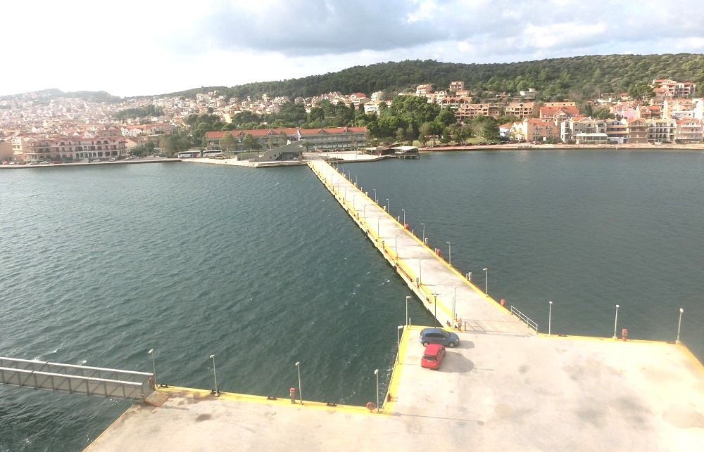 アルゴストリ港。長い桟橋。